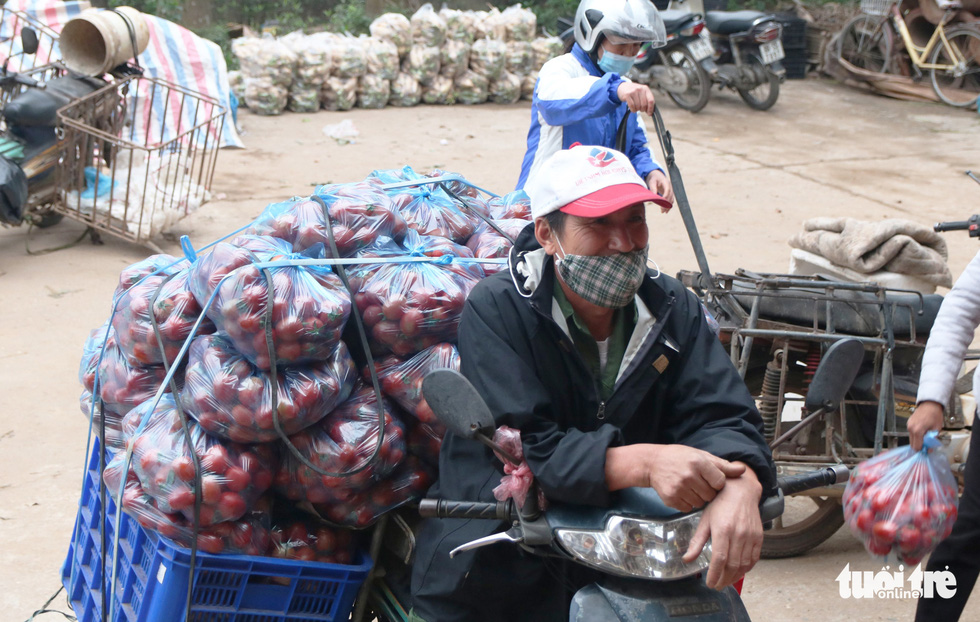 As vegetables pile up, Hanoi shoppers pay at will