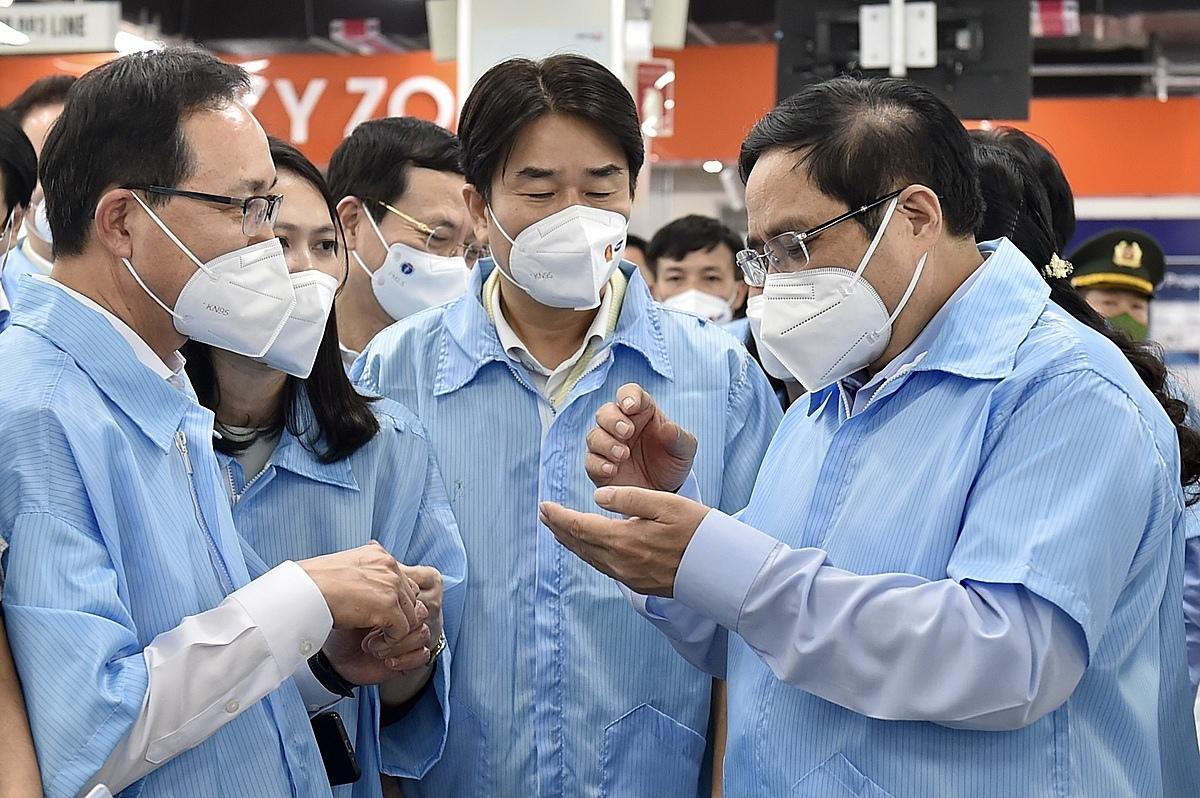 Vietnam will not fail FDI companies' trust in Covid battle: PM